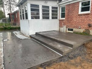 Stamped-concrete-seamless-and-wide-wood-plank-Guiderland-1